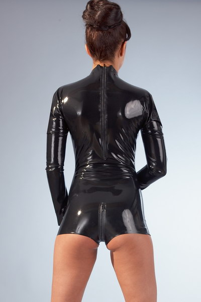 Combinaison shorty seins nus latex